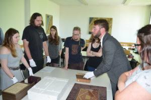 Übung Handschriftenfaksimiles, Sebastian Watta mit Studenten